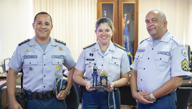 Comandante-Geral recebe homenagem do policial e artista Sargento Reis